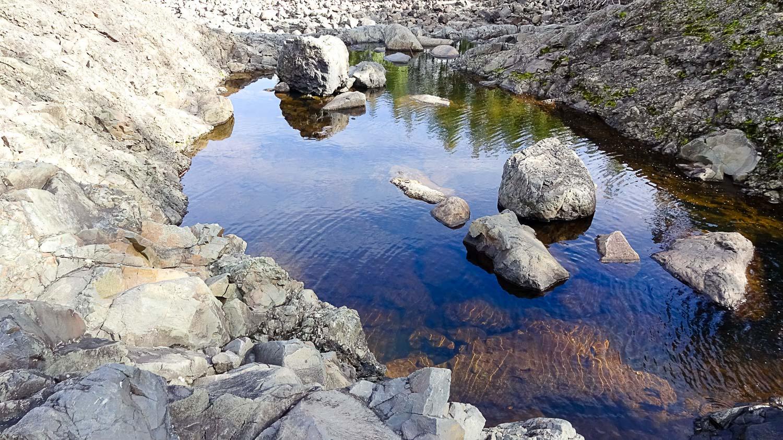 Лужицы воды в лаве