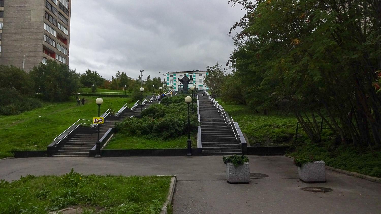 А заканчивается аллея вот такой лестницей