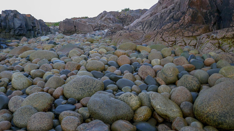 Много очень ровно обкатанных водой камней