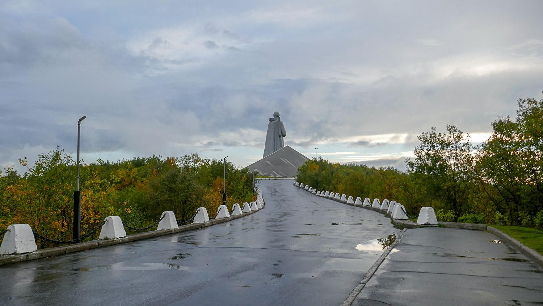 Еще на подходе к монументу поражает грандиозность и высота статуи