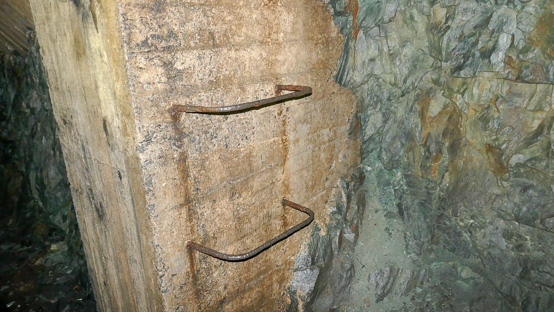 Скобы, по которым до сих пор можно забраться наверх