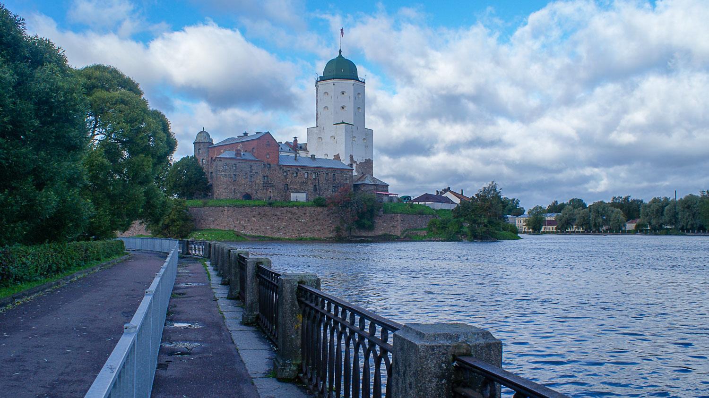 Набережная и Выбргский замок