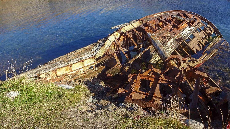 """А некоторые корабли и вовсе """"срослись"""" с причалом, корма оказалась присыпана землей..."""