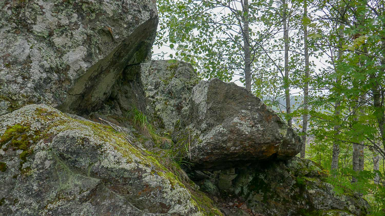 Камни здесь огромные