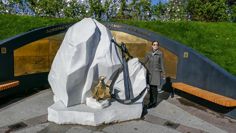 """Со скульптурной композицией """"Адмирал Ф. Ф. Беллинсгаузен, адмирал М. П. Лазарев"""""""