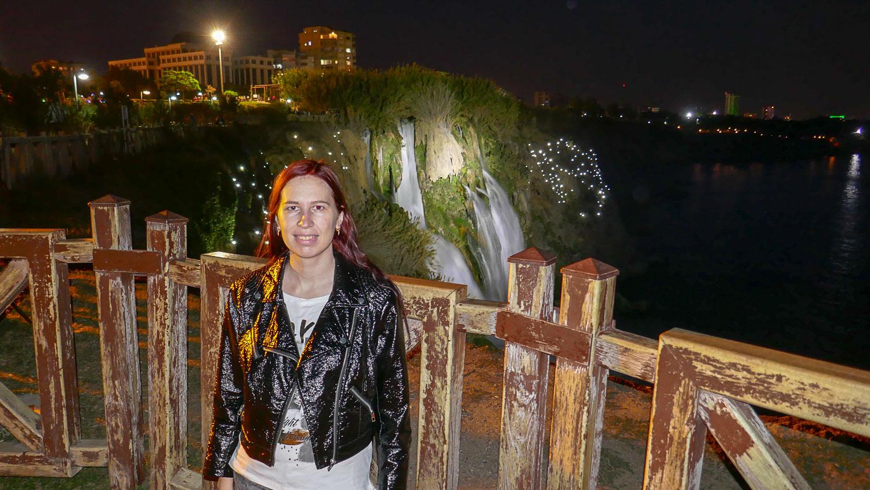 На фоне водопадов