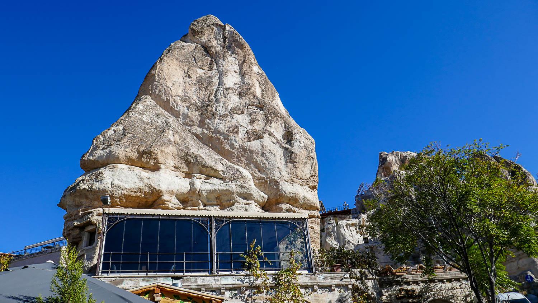 Пещерный отель с панорамными окнами