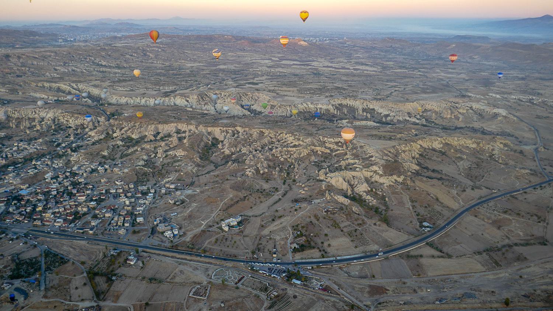 Шары поднимаются на высоту в несколько сотен метров (нам сказали, что до 900)