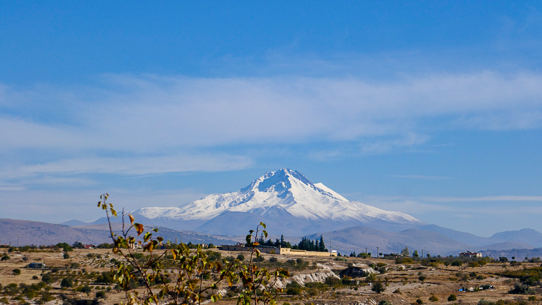 Вдалеке видно заснеженную гору