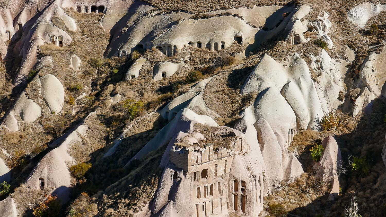 Но главная фишка для меня - вот такие домики в скалах