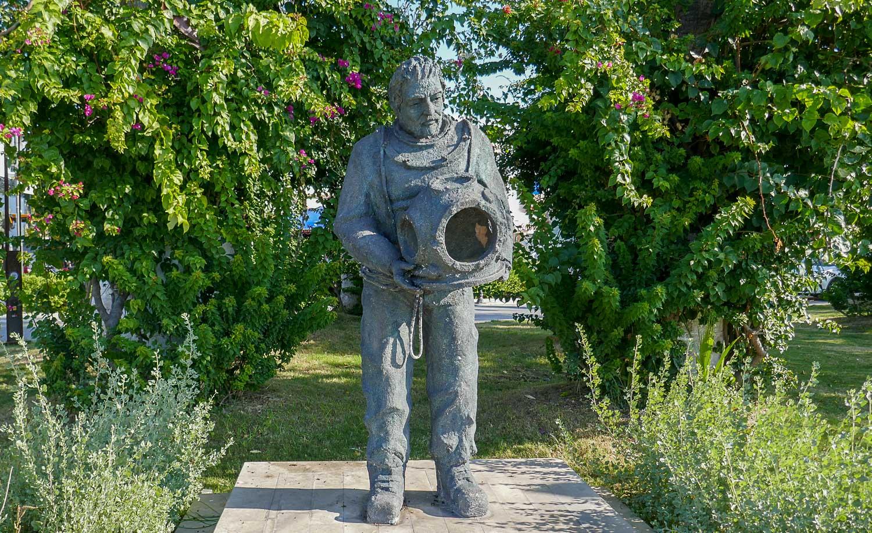Необычные скульптуры на набережной