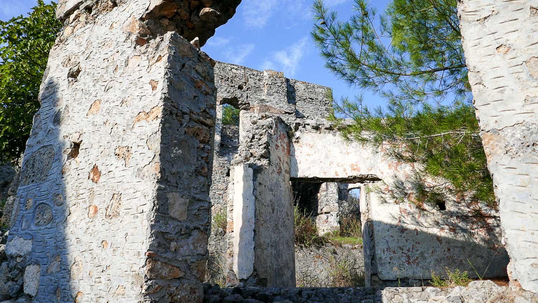 И снова стены и арки