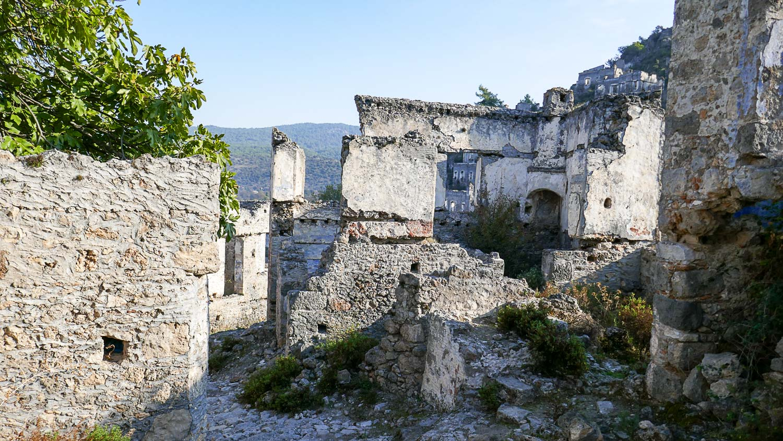 Полуразрушенные стены