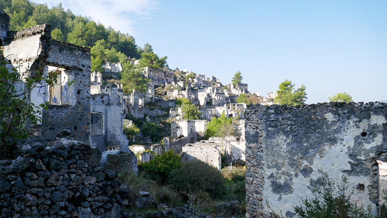 Сотни разрушенных домов