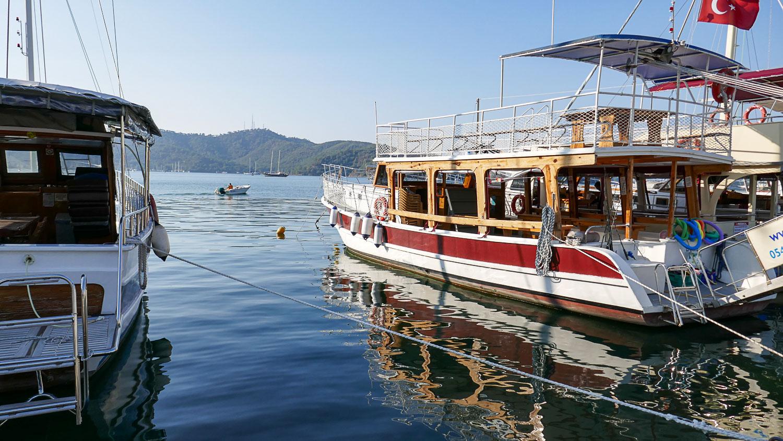 Симпатичный цвет воды даже в порту
