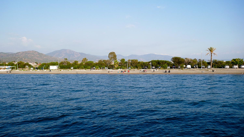 Проплываем мимо длинного-длинного пляжа Фетхие