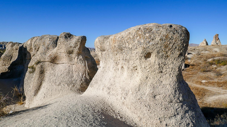 Можно потрогать необычные туфовые скалы