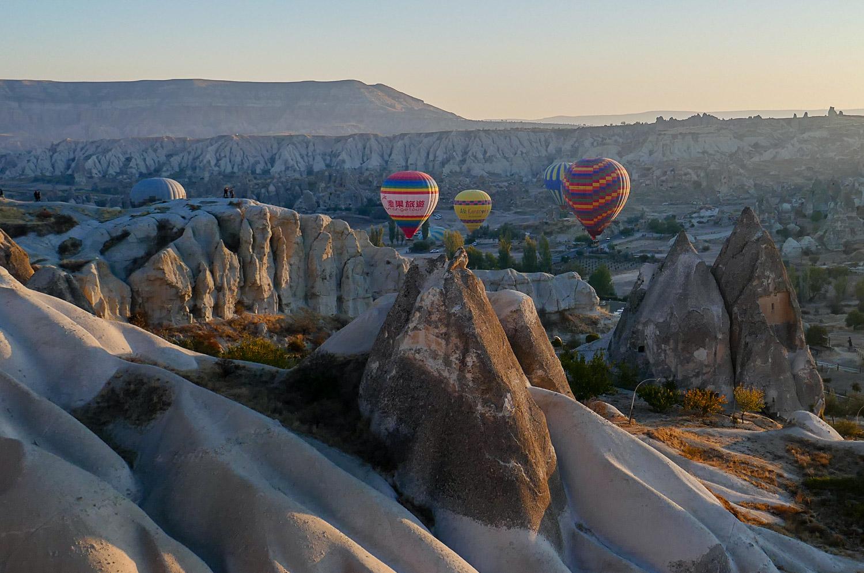 Разноцветные шары над долинами Каппадокии