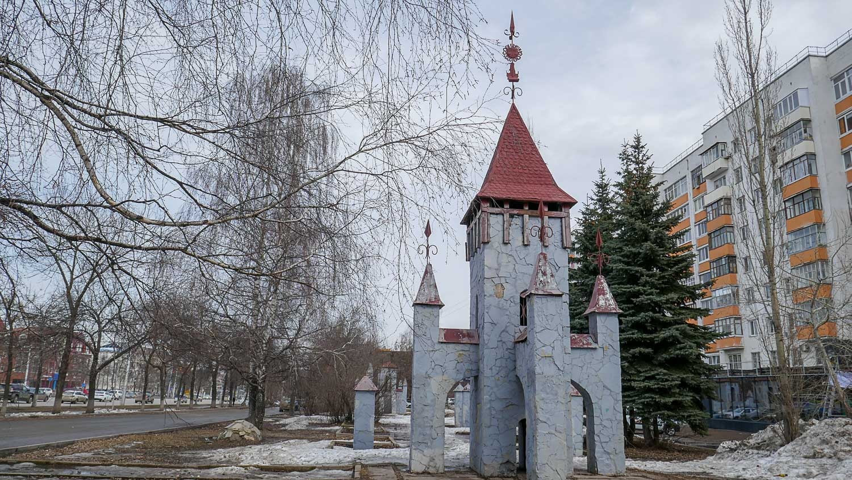"""""""Замок"""" на одном из тротуаров"""