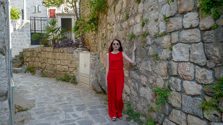 У старой-старой стены