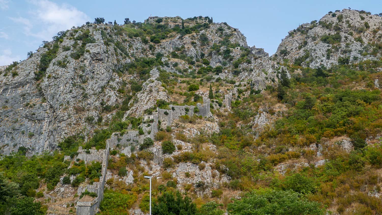 Дорога в горах к древней церкви святого Георгия