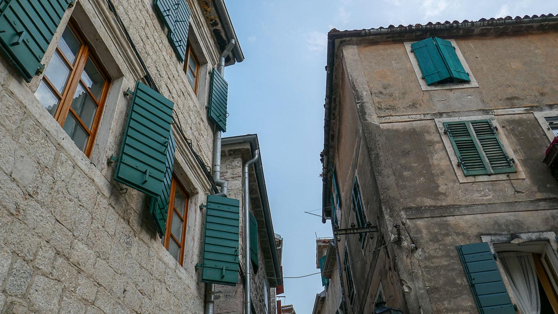 Зеленые ставни в каменных домах