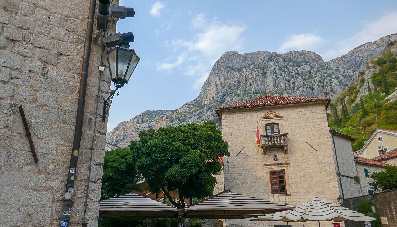 Здания на фоне гор - типичный кадр из Котора