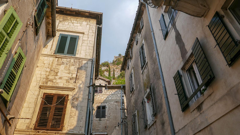 Много старых зданий