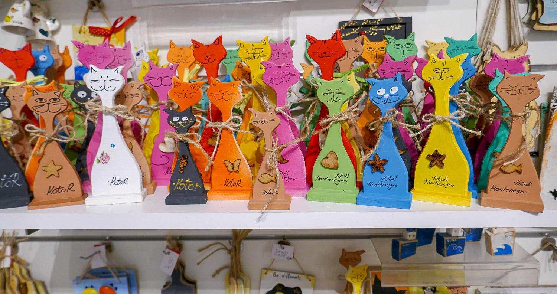 Есть специальные сувенирные магазины, где продаются только коты