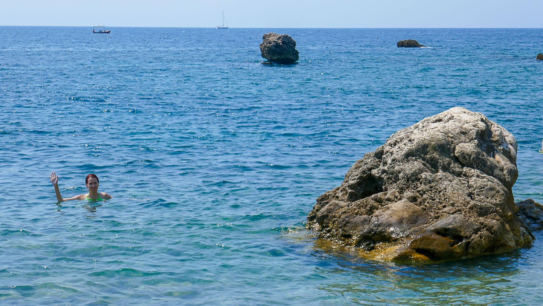 Пляж здесь небольшой, но красивый, с интересными камнями