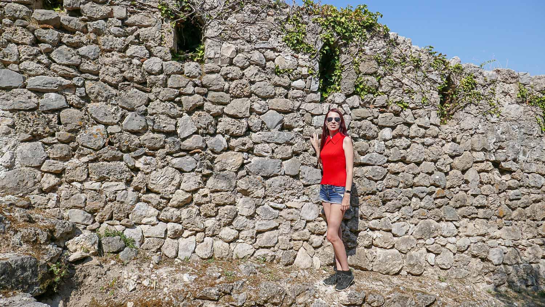 На фоне старых стен