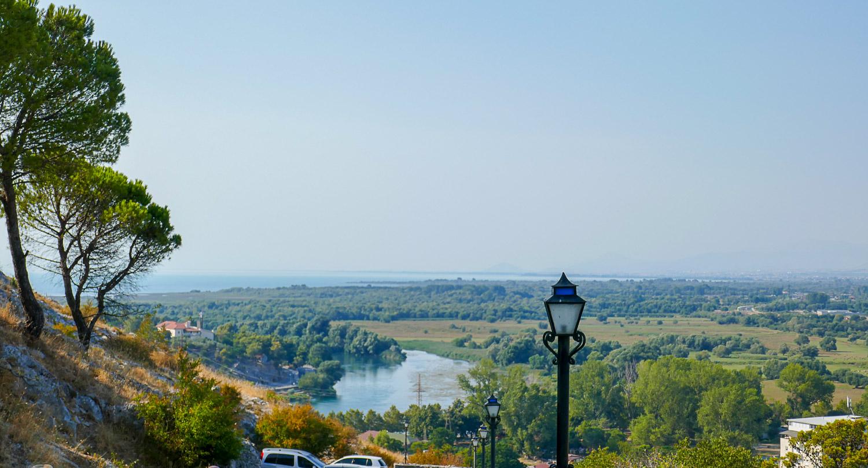 Вдалеке Скадарское озеро