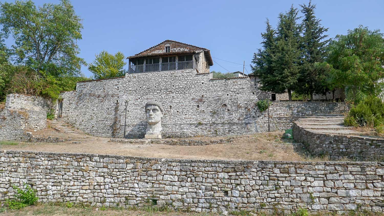 Бюст Константина Великого у стены церкви Богородицы Влахернской (XIII век)