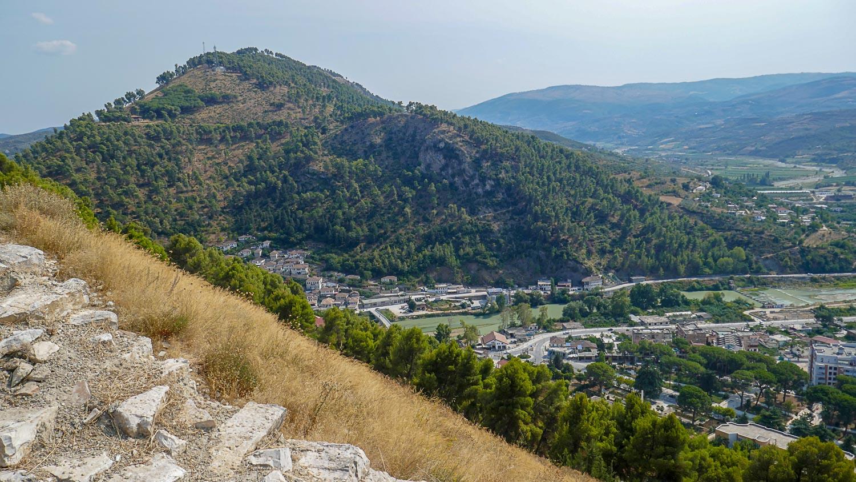 Видно зеленые горы, а город остался далеко внизу