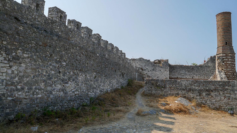 И снова стены